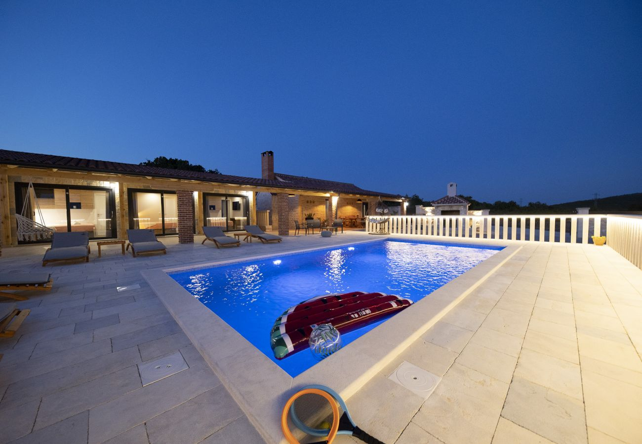 Huis in Lisicic - Poolincluded Villa Hilltop Haven