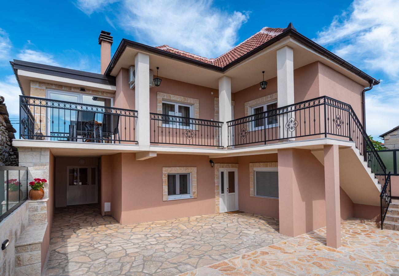 Huis in Perušic Benkovacki - Poolincluded Villa Lana